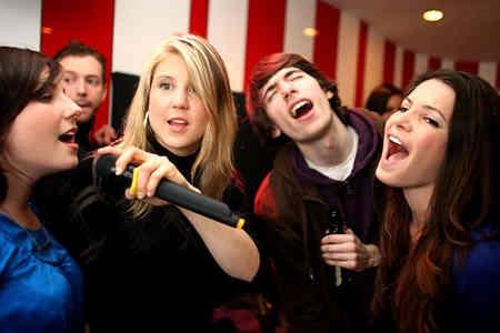 Karaoke Klub Super Hits - girls and boys singing
